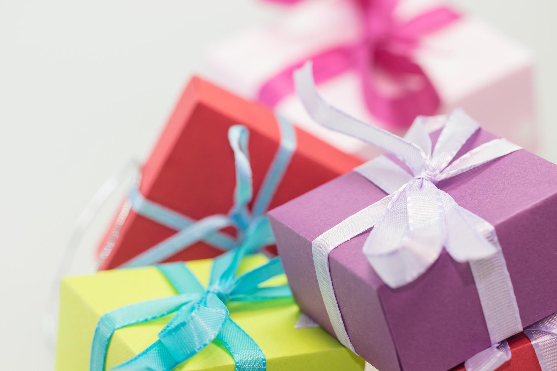 Открытка с подарками, губермана открытках
